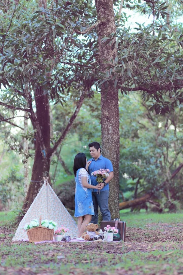 Prewedding Outdoor Pontianak : LOVE Under the tree